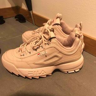 Näst intill oanvända rosa Fila skor, använd i tio minuter en gång.   Vid snabb affär kan priset diskuteras