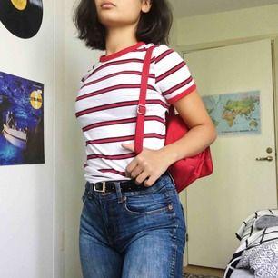 En tröja från h&m med röda, vita och mörkblå, nästans svarta ränder. Tycker att den är skitfin, men den används aldrig. Har sytt ihop ett reva precis på axeln, men syns knappt. Möts upp och fraktar.