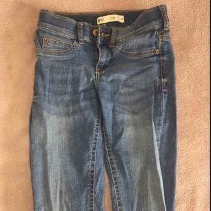 Alex low waist jeans från Gina tricot storlek xs.  Nypris:299kr. Använda fåtal gånger och är i bra skick, säljes pågrund av att jag växt ur dom. Priset kan diskuteras. Tar enbart betalt via Swish. Kontakta mig om du har frågor eller vill ha mer bilder!💞