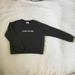 """Svart sweatshirt med texten """"I'M WITH THE BAND"""" från Pull&Bear. Storlek S men passar mig med XS. Kan mötas upp i Stockholm."""