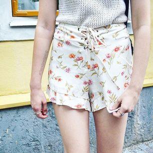 Blommiga laceup shorts från Bik Bok. Använda 1-2 gånger. Om man inte kan mötas upp i Kalmar, tillkommer frakt (diskuteras vid köp) 💗