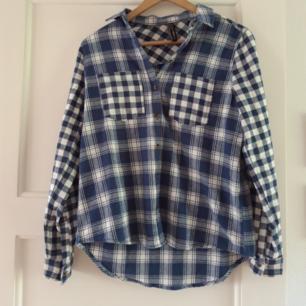 Cool skjorta med mjukt material! Använd får gånger då jag ej tycker det är min stil längre. Tvättas innan köp, tar gärna swish och pris kan diskuteras. Köparen står för frakten!