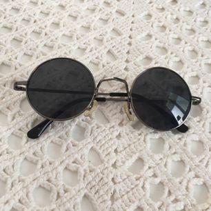 Runda solglasögon köpta på marknad. Om man inte kan mötas upp i Kalmar, tillkommer frakt på 24 kr 💗