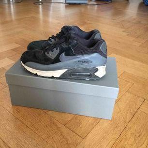 Svarta Nike air max skor med gråa detaljer. Storlek 38,5. Välanvända men i bra skick. Kan mötas upp i Stockholm.
