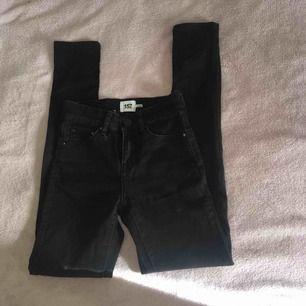 Svarta skinny jeans från lager 157 i storlek: xxs Använda ett fåtal gånger och är i mycket bra skick. Säljes pågrund av att dom blivit för små för mig. Priset kan diskuteras. Betalning tas via Swish, kontakta mig om du har fler frågor.💞