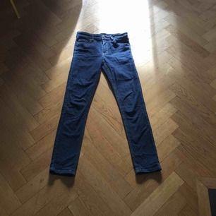 Mörkblå jeans från Cheap monday. Säljer då de är förstora för mig med 24/30. Kan mötas upp i Stockholm.