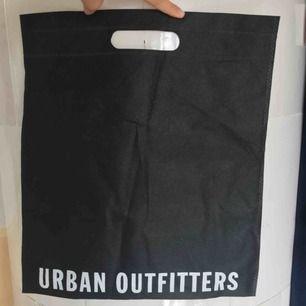 Urban outfitters tygpåse, tryck på båda sidor