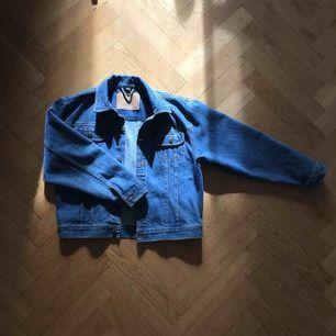 Blå jeansjacka från Rocky. Köpt på second hand. Storlek 164 men skulle säga att den är en XS. Kan mötas upp i Stockholm.