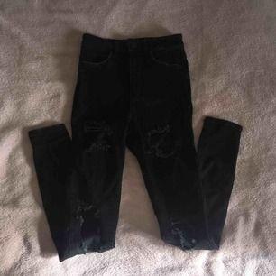 Gina tricot perfect jeans storlek: 34.  (Lappen är bortklippt pga att den skavde) Mycket bra skick, använda fåtal gånger. Säljes pga att dom blivit för små. Nypris:499kr. Tar betalt via Swish. För fler frågor kontakta mig!💞