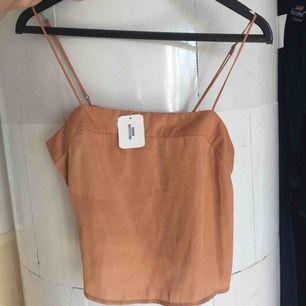 Suuperfint oanvänt linne från urban outfitters, köpt för 260 kr! Ett slags silkestyg.  Köparen betalar frakt ❤️ (12kr)