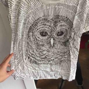 t-shirt med uggletryck från hm!! Använt men fint skick! Behövs strykas :)