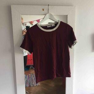 Asnajs vinröd t-shirt från urban outfitters! Superskick!
