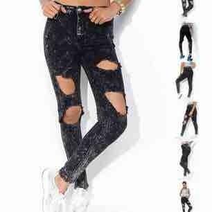 Ragged Hole jeans från Madlady i storlek:xs. Nypris: 599kr. Använda fåtal gånger och är i jätte bra skick. Säljes pga att dom aldrig kommer till användning. Tar betalt via Swish. Priset kan diskuteras. Kontakta mig för fler frågor!💞