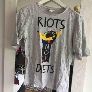 """T-shirt m trycket """"riots not diets"""" från monki!"""