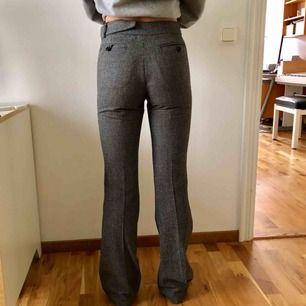Super snygga kostymbyxor med bootcutmodell. Sitter så otroligt snyggt! Dock en aning för små för mig nu och hoppas innerligt att de ska finna en ny ägare!