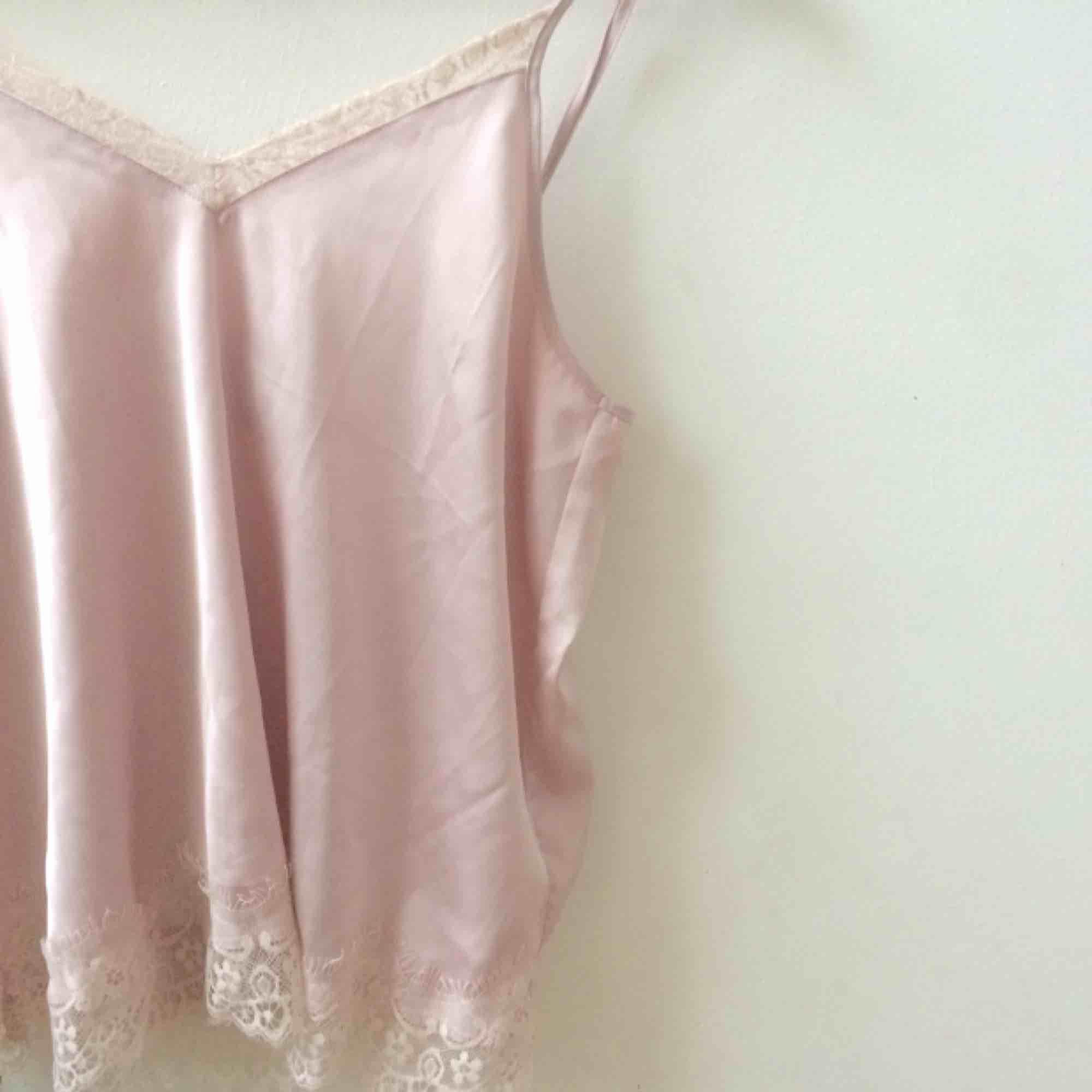 Lent rosa spetslinne i sidenliknande material.  🌻Frakt tillkommer🦕 No refunds 🌻. Toppar.