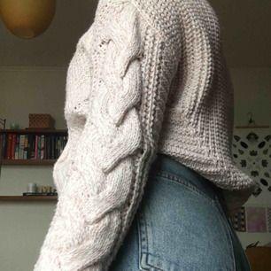 Mysig och varm stickad tröja i babyrosa färg. Perfekt nu till hösten. Oversized då den är small och passar mig som har M-L