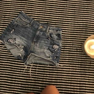 Jeansshorts med broderingsdetaljer från Zara! Storlek 36.