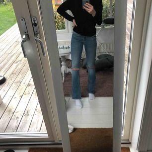 Ett par blåa bootcut jeans med hål ifrån JC ordinarie pris 600, skitsnygga men är tyvärr för små