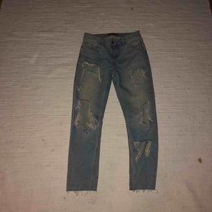 Ett par håliga jeans från zara. Ordinarie pris 350. Kommer inte till användning