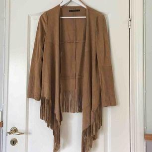 Zara: Beige/ljusbrun mocka kimono i mockaimmitation med fransdetalj nertill. Frakt tillkommer ✨