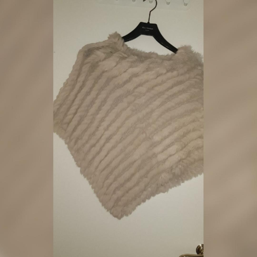 Säljer en päls poncho som jag fick i prisent av min syster  Den är i fint skick  Den är i storlek one size . Jackor.