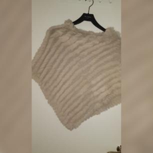 Säljer en päls poncho som jag fick i prisent av min syster  Den är i fint skick  Den är i storlek one size
