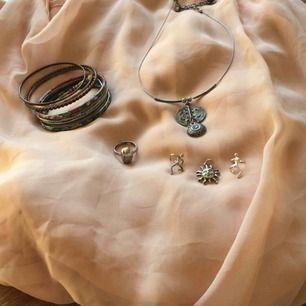 1. Två silverörhängen föreställande klättrande gubbar 90s. 100kr/st 2. SÅLD. Berlock sol, silver med stämpel. 80kr 3. Accessories 90-tal, fråga om pris. Dödskallering SÅLD.