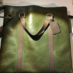Varsamt använd väska från Wolsey, inköpt i Sturegallerian, hösten 2017. Kan användas som mindre weekend bag eller arbetsväska. Hela väskan är i läder och insidan mocka.
