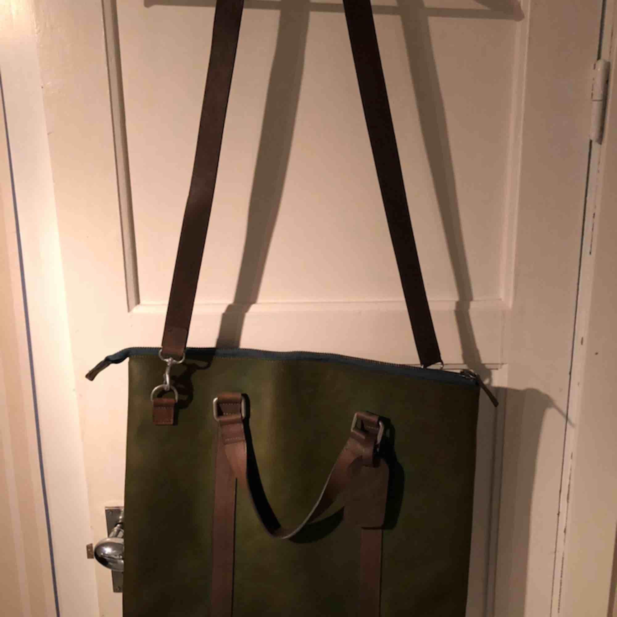 Varsamt använd väska från Wolsey, inköpt i Sturegallerian, hösten 2017. Kan användas som mindre weekend bag eller arbetsväska. Hela väskan är i läder och insidan mocka.. Väskor.