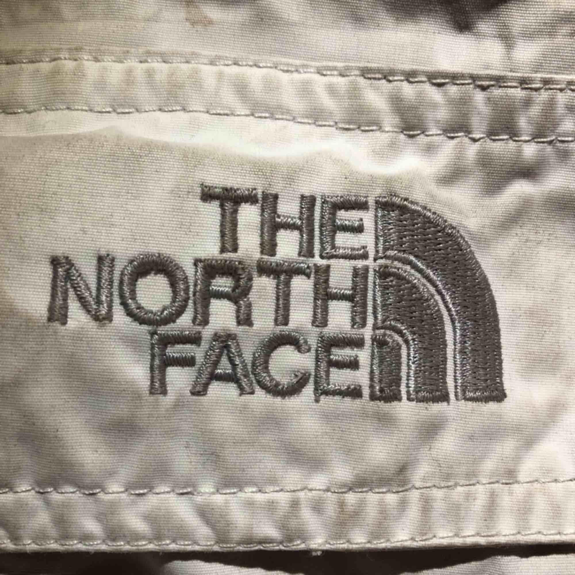 Barn skidbyxor i off white, fint skick. Har fram fickor och sid fickor för liftkort osv. Hör av er för mer info!. Övrigt.