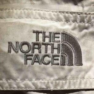 Barn skidbyxor i off white, fint skick. Har fram fickor och sid fickor för liftkort osv. Hör av er för mer info!