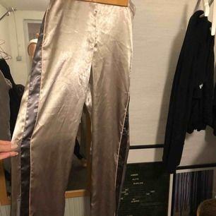 Byxor från H&M trend från deras vinter kollektion. Inköpta för 599 kronor. Material: satin, silkes liknande. Perfekta sköna och grymt snygga fest byxor som tar hela rampljuset:)