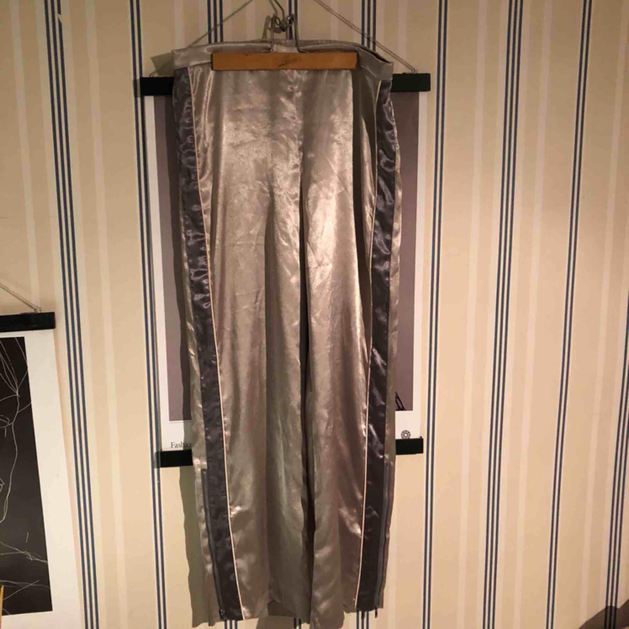 Byxor från H&M trend från deras vinter kollektion. Inköpta för 599 kronor. Material: satin, silkes liknande. Perfekta sköna och grymt snygga fest byxor som tar hela rampljuset:). Jeans & Byxor.