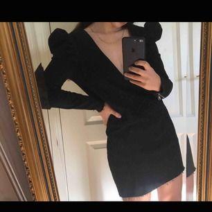 Zara: Svart klänning i stretchigt jeansmaterial med dragkedja bak och slitning nertill. I toppskick - helt ny, aldrig använd! Lappen sitter kvar. Nypris: 349. Mitt pris: 220kr + frakt ✨