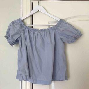 Söt ljusblå blus från H&M's concious collection. Använd en gång. Frakt tillkommer ✨