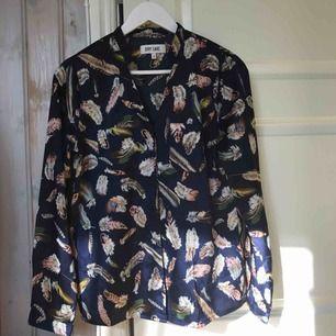 Perfekt höstskjorta i sidenmaterial från Dry Lake i strl S. I nyskick, endast använd fåtal gånger! Frakt tillkommer ✨