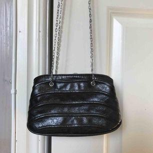 Jättefin svart liten axelväska från Zara med tunn silverkedja. I toppskick - aldrig använd! Frakt tillkommer ✨