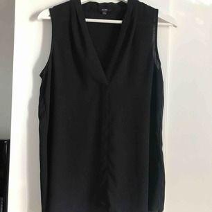Snygg och enkelt svart linne i blus material från Kiabi. Aldrig använd med lappen är borta.