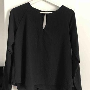Svart blus från vero Moda med en snygg detalj på framsidan. Använd ett antal gånger. Blusen är lite nopprig därav de låga priset.