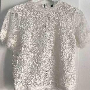 Den fina spets tröjan från zara. Använd 1 gång och tycker de är synd så därför säljer jag den, inte riktigt min stil längre.