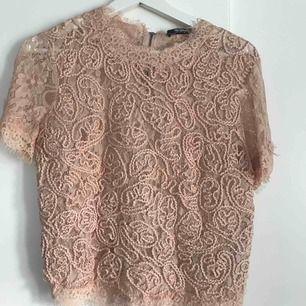 En till söt spets tröja från zara. Använd en gång så är som ny!