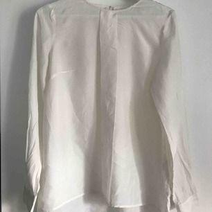 Enkel och fräsch blus från lindex. Använd ca en gång. Passar till allt såsom blåa jeans samt svarta byxor.