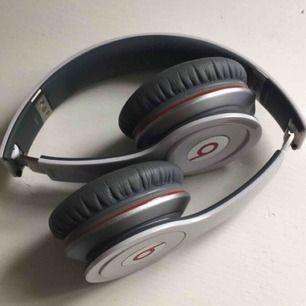 Beats by dre hörlurar, köpta 2012 i NY för ca 1800kr. Funkar lika bra nu som då, låter jättebra. De är lite glapp vid en av dämpningarna på huvudet (se bild) , men det är lätt att bara trycka i igen, påverkar inte ljud eller hur de sitter alls.