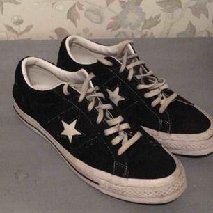 Converse One Star Ox, köpta på UO. Nypris 800kr. Storlek 42 men passar säkert många 41-43. Inte använda mycket, om de tvättas lite skulle de se som nya ut.