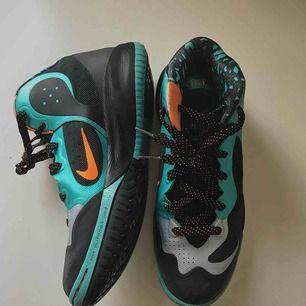 Basketskor från Nike. Endast använda vid ett fåtal tillfällen, luktar inte fotsvett. Priset är, till viss del, förhandlingsbart.