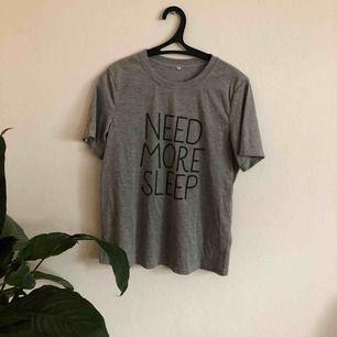 """T-shirt med trycket """"Need More Sleep"""". I fint skick och bara använd en gång. Frakt ingår! 🖤MÄNGDRABATT FINNS🖤"""
