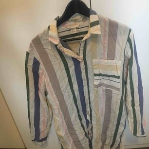 Oversize skjorta från H&M. Sjukt snygg, bara legat nedpackad så därav skrynklig, oanvänd.