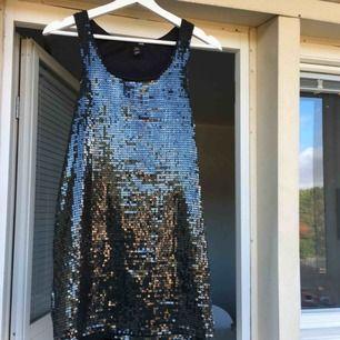 Superfin fest klänning! I storlek XS från H&M. Den är som helt ny.