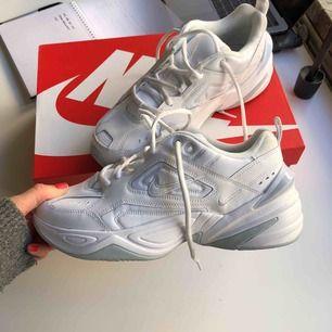 Nike M2k Tekno, använda en gång! Säljer för priset jag köpte dom för. Slutsålda överallt i 39!